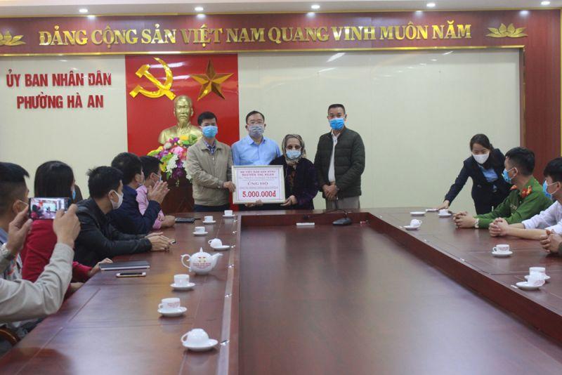 Mẹ Việt Nam Anh hùng Nguyễn Thị Ngăn ủng hộ 5 triệu đồng cho Ban chỉ đạo phòng, chống dịch phường Hà An.