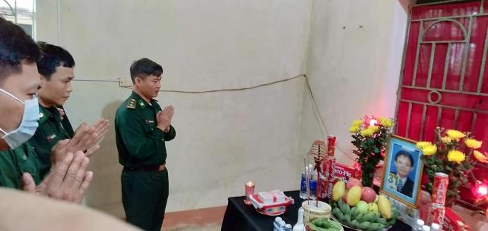 Cán bộ, chiến sĩ Đại đội 4 - Trung tâm huấn luyện BĐBP chia buồn, động viên khi được tin thân nhân của chiến sĩ Trung qua đời.