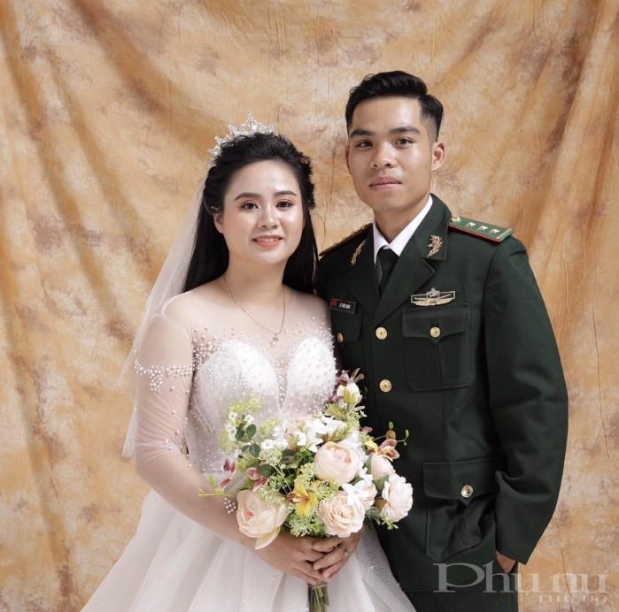 Thượng úy Lê Văn Huấn cùng vợ sắp cưới.