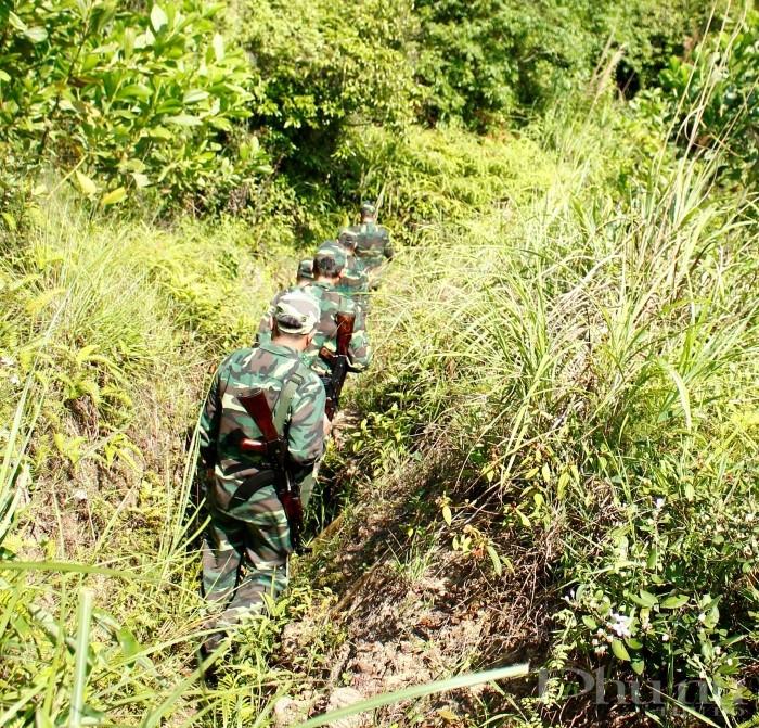 Trên mọi nẻo đường, các chiến sĩ BĐBP luôn không quản khó khăn, nỗ lực, quyết tâm vì sự bình an của nhân dân.