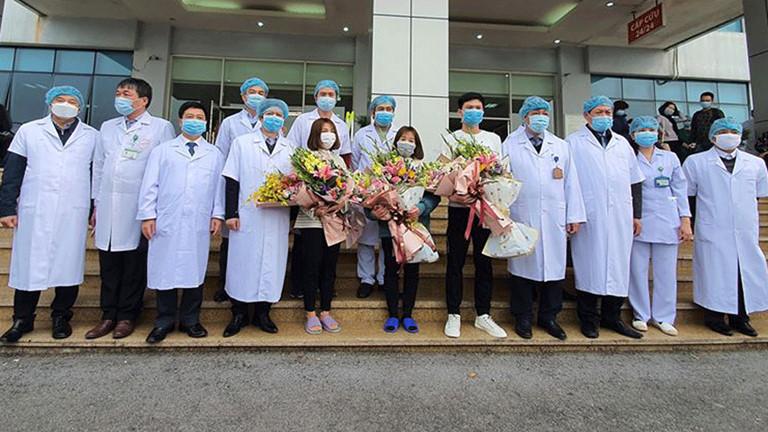 Các y bác sĩ chúc mừng các bệnh nhân đã hoàn toàn khỏi bệnh được xuất viện.