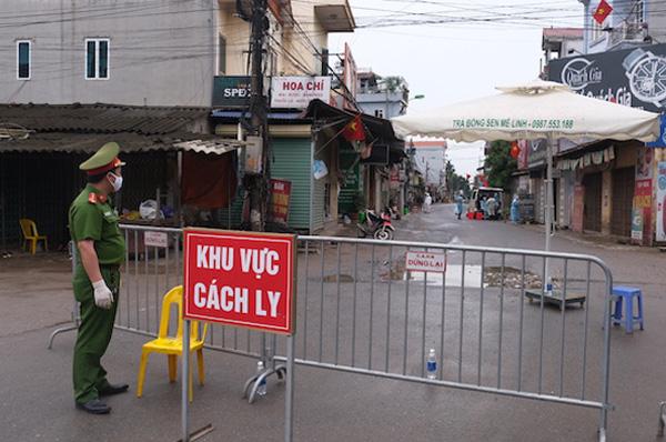 Lực lượng chức năng lập chốt cách ly thôn Hạ Lôi (xã Mê Linh, huyện Mê Linh).