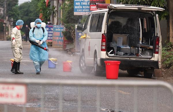 Cán bộ y tế phun sát khuẩn toàn bộ khu vực thôn Hạ Lôi (xã Mê Linh, huyện Mê Linh).