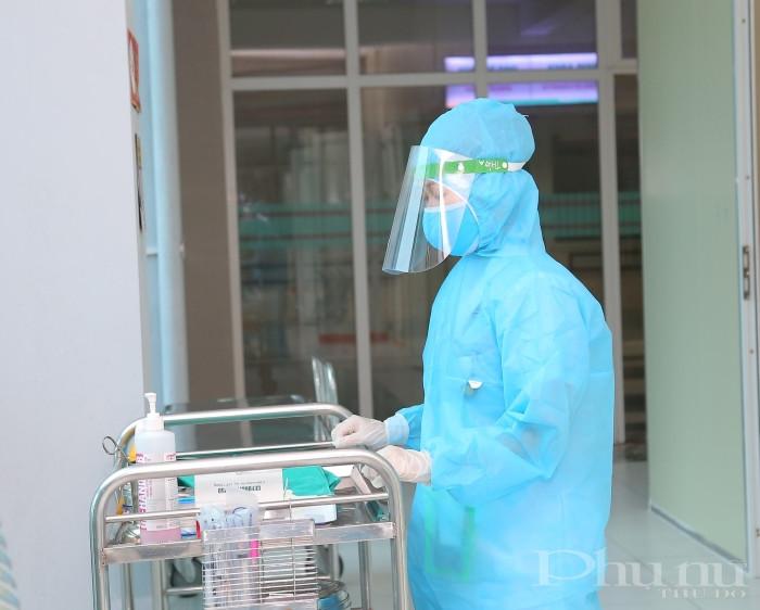 Các y, bác sĩ làm nhiệm vụ trong khu vực cách ly dành cho bệnh nhân nghi nhiễm Covid-19.