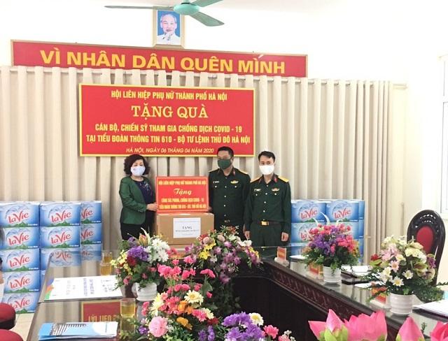 Đồng chí Lê Thị Thiên Hương, Phó Chủ tịch Hội LHPN Hà Nội gửi tặng những món quà ý nghĩa tới cán bộ, chiến sĩ Tiểu đoàn Thông tin 610