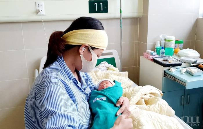 Chào đời trong khoảng thời gian cách ly tại BV Bạch Mai, sức khỏe của bé vẫn được đảm bảo an toàn.
