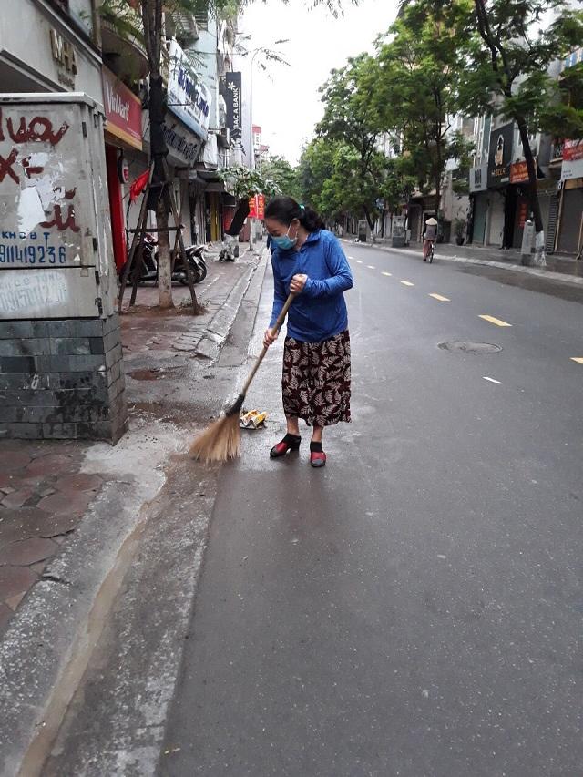 Thay vì làm theo nhóm, giờ đây mỗi hội viên tự vệ sinh đoạn đường trước cửa nhà mình (ảnh hội viên Hội LHPN Ba Đình)
