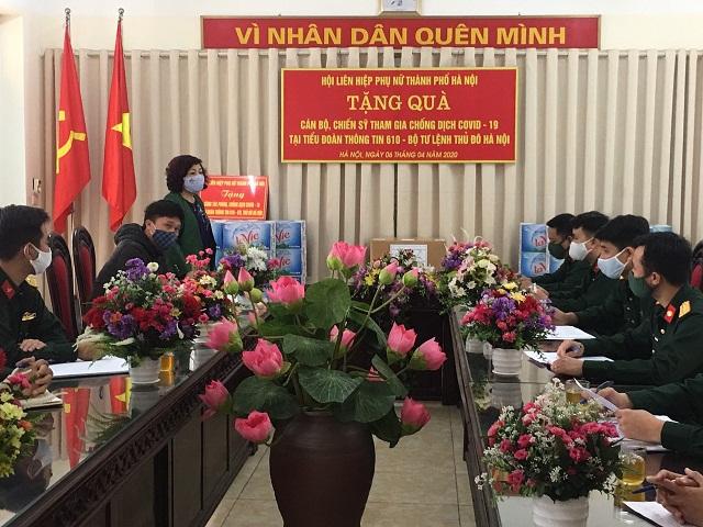 Đồng chí Lê Thị Thiên Hương khẳng định Hội LHPN Hà Nội luôn là hậu phương vững chắc để các cán bộ, chiến sĩ  an tâm thực hiện nhiệm vụ nơi tuyến đầu chống dịch