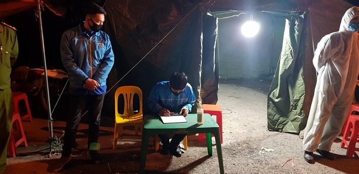 Đoàn viên thanh niên hỗ trợ lực lượng chức năng tại nút giao Khê Hồi, Hà Hồi, Thường Tín