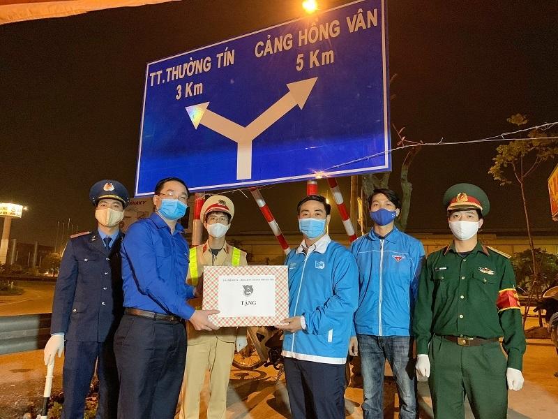 Đồng chí Nguyễn Ngọc Việt - Bí thư Thành đoàn Hà Nội làm trưởng đoàn đã đến thăm, động viên và tặng quà các đội hình thanh niên tình nguyện trực chốt tại điểm nút giao Khê Hồi, Hà Hồi, Thường Tín