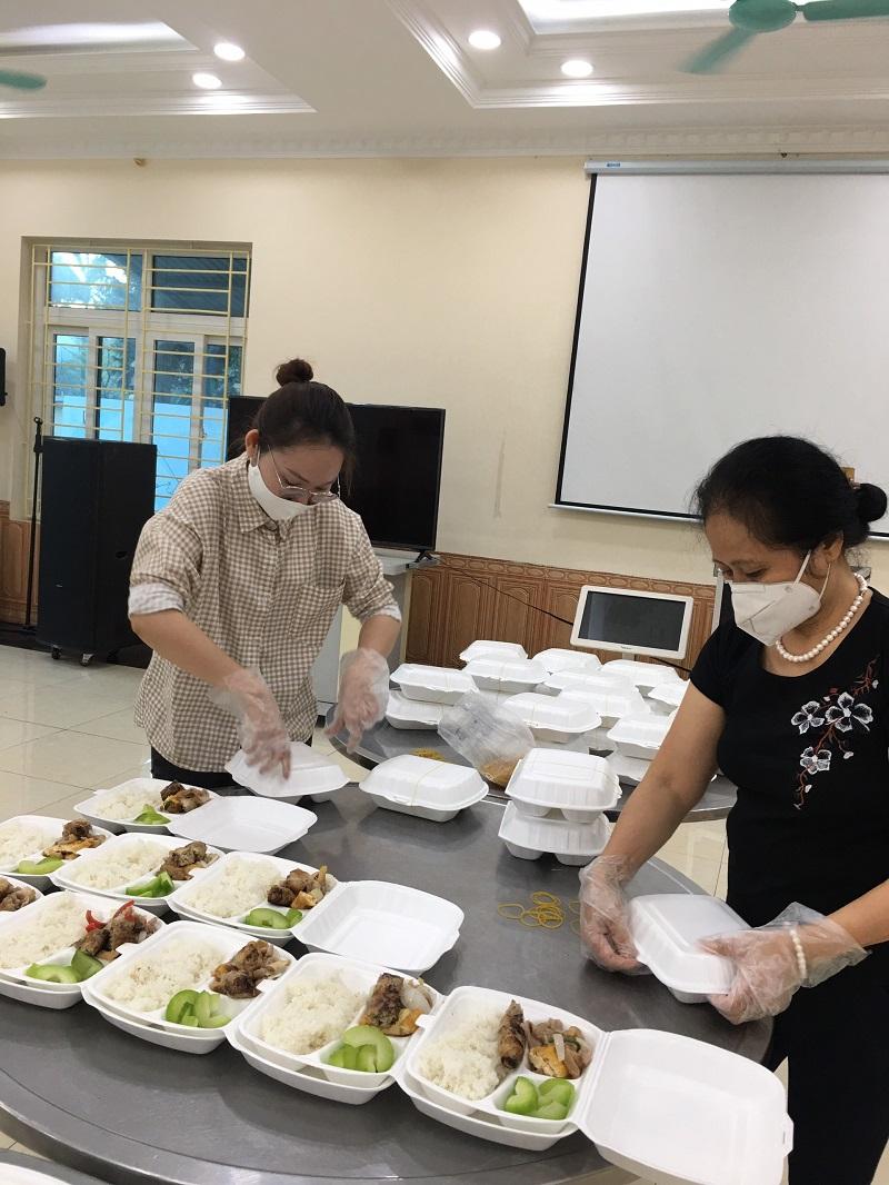 Từ cuối tháng 3 đến nay, Hội PN Hoàng Mai vẫn tích cực tham gia công tác hậu cần phục vụ các chiến sỹ trực cách ly tại khu Pháp Vân Thanh Trì