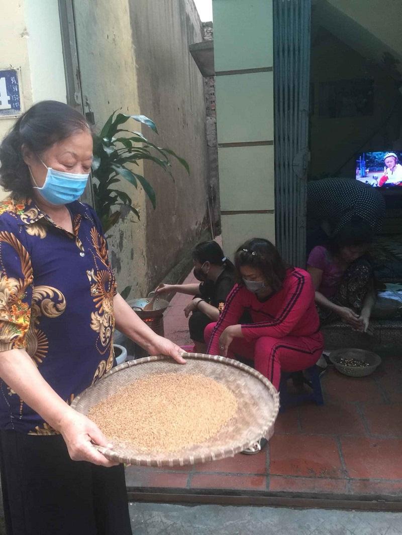 Cán bộ Hội viên cùng nhau thực hành các công đoạn của sản phẩm khoai lang kén mang thương hiệu phụ nữ Hoàng Mai