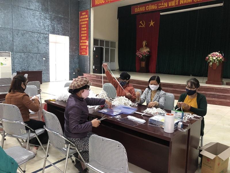 Hội phụ nữ vận động được 10 chị em là cán bộ Hội tham gia trực tiếp làm mũ chắn giọt bắn tại trụ sở UBND phường.
