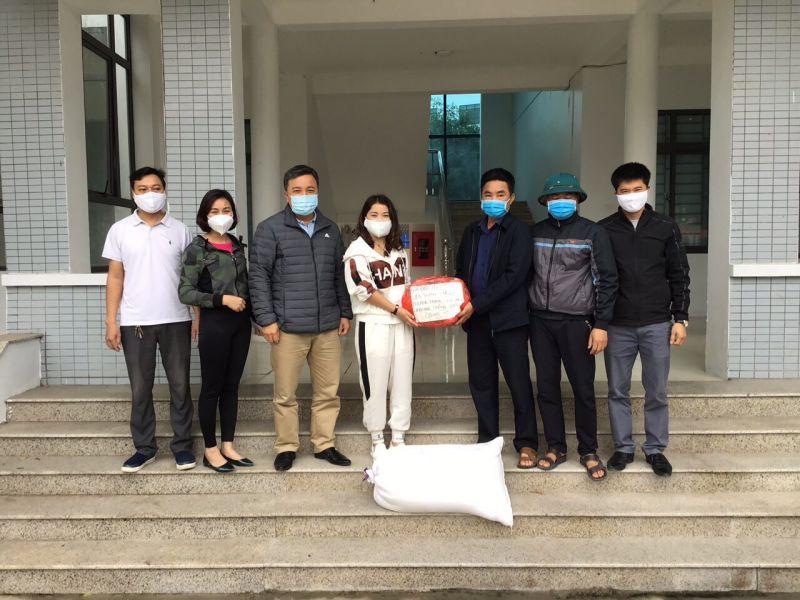 Chủ tịch UBND xã Cự Khê Đặng Anh Phương trao lương thực thực phẩm cho đại diện các gia đình bị cách ly ở toà nhà HH01B