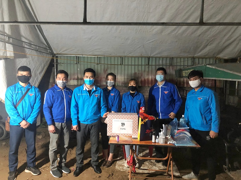 đồng chí Lý Duy Xuân - Phó Bí thư Thành đoàn làm trưởng đoàn đã đến thăm, động viên và tặng quà các đội hình thanh niên tình nguyện trực chốt tại  Đông Anh