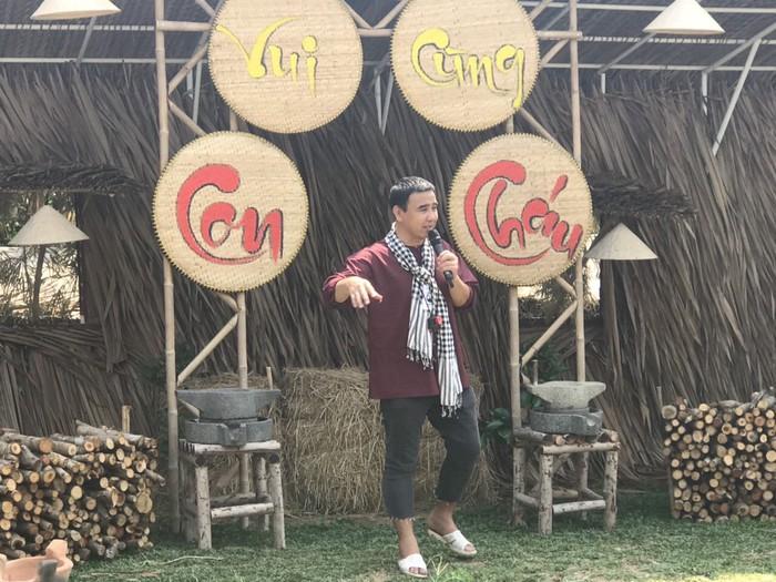 MC Quyền Linh trong trang phục giản dị dẫn dắt gameshow