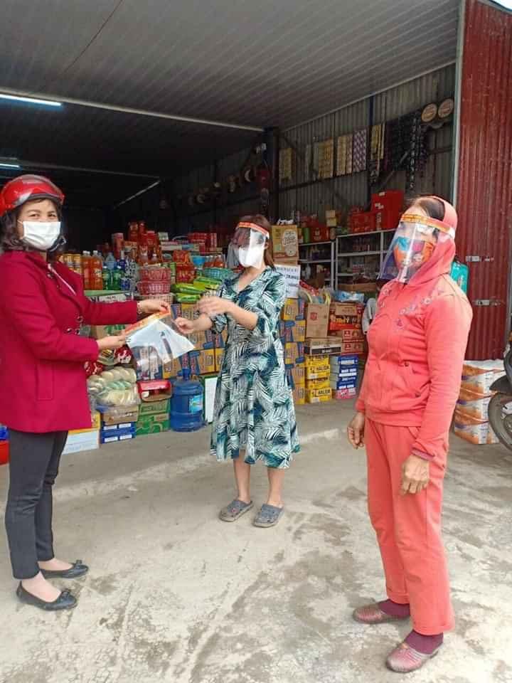 Cán bộ Hội phụ nữ các xã trên địa bàn huyện Mỹ Đức tặng mũ cho người dân