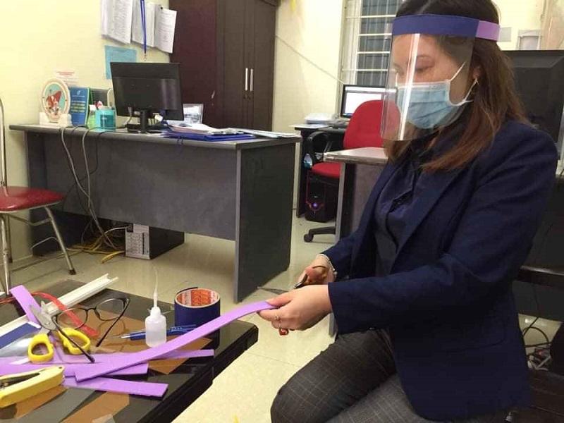 Chị em cán bộ hội viên huyện Phú Xuyên dùng những vật liệu dễ tìm như: dây chun, phụ liệu của nghề may mặc, các tấm xốp, tấm mi ca từ các làng nghề đồ da, đồ mỹ nghệ để làm mũ
