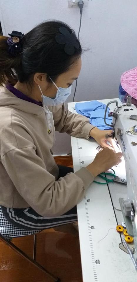 Khi may khẩu trang, các hội viên thực hiện đầy đủ các biện pháp phòng chống dịch (ảnh hội viên Hội LHPN huyện Phú Xuyên)