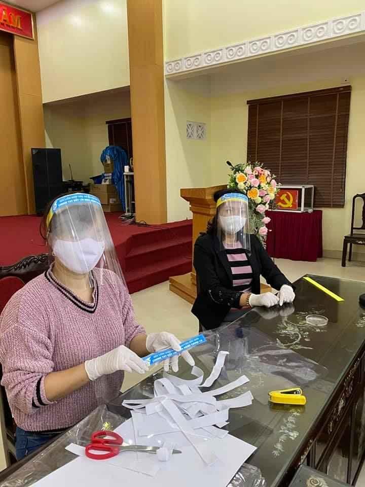 """trên mỗi chiếc mũ đều gắn thêm khẩu hiệu """"Phụ nữ chung tay đẩy lùi dịch bệnh Covid-19"""". Cán bộ hội viên phụ nữ mong muốn mỗi khi ai đeo chiếc mũ này, hoặc thấy chiếc mũ này đều sẽ ý thức, trách nhiệm hơn trong phòng chống dịch bệnh Covid-19."""