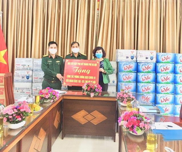Đoàn công tác tặng quà cán bộ chiến sĩ Tiểu đoàn Kiểm soát quân sự 103