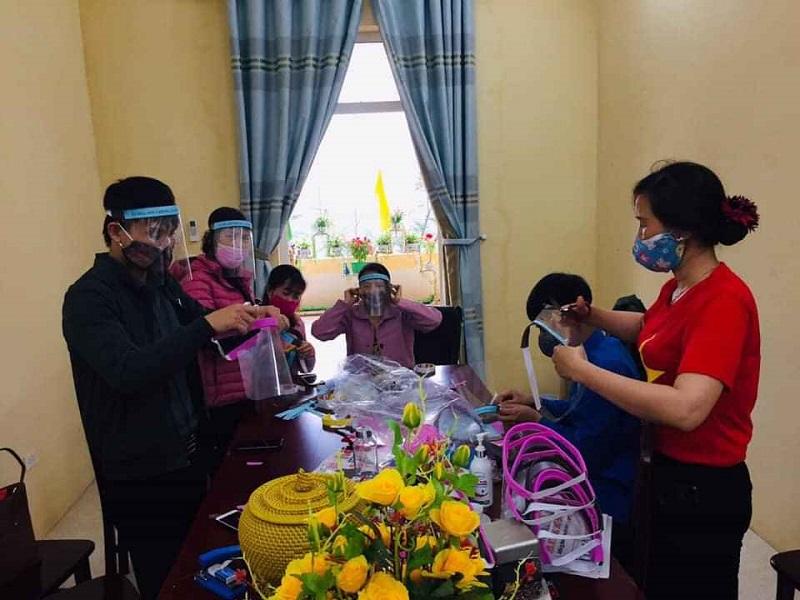 Cán bộ hội viên phụ nữ huyện Ứng Hòa tham gia làm mũ chống dịch Covid 19