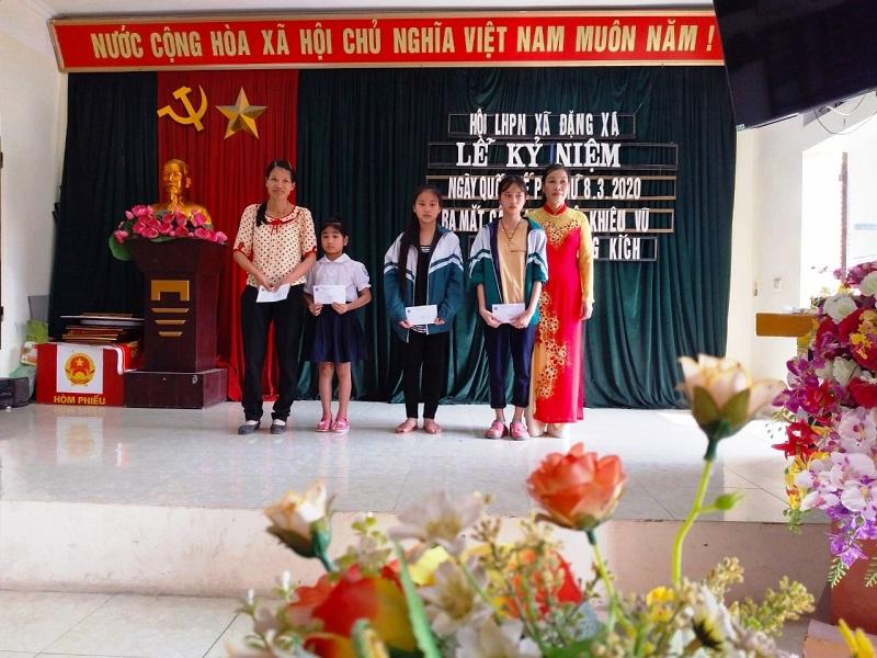 Trao tặng học bổng cho 4 cháu học sinh nghèo vượt khó của xã.