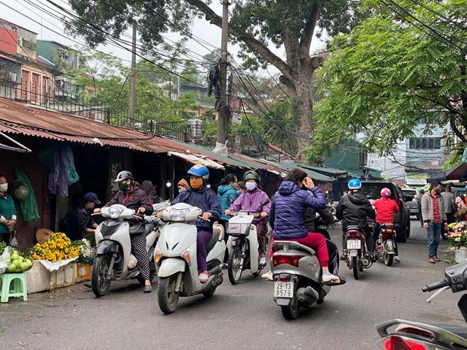 Chợ Nam Đồng tấp nập người mua hàng trong sáng ngày 7/4