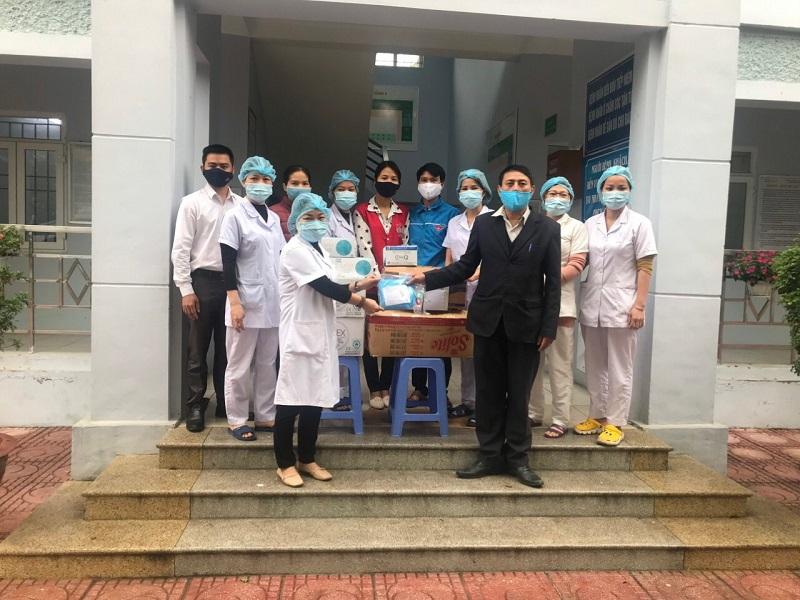 Hội LHPN xã Hạ Mỗ tặng khẩu trang, nước sát khuẩn cho trạm y tế xã