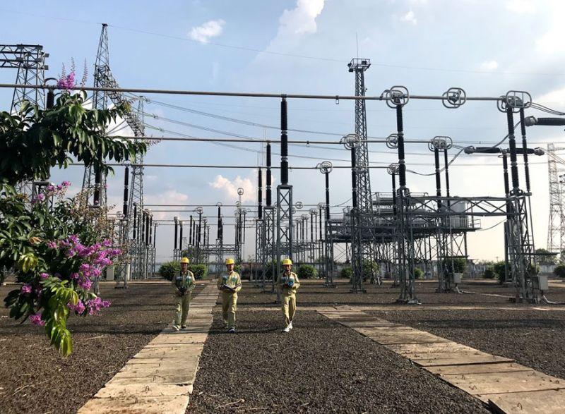 Nhân viên điện lực kiểm tra an toàn hệ thống tại Trạm biến áp 500kV Pleiku nhằm giảm tổn thất điện năng. Ảnh: Thanh Hải