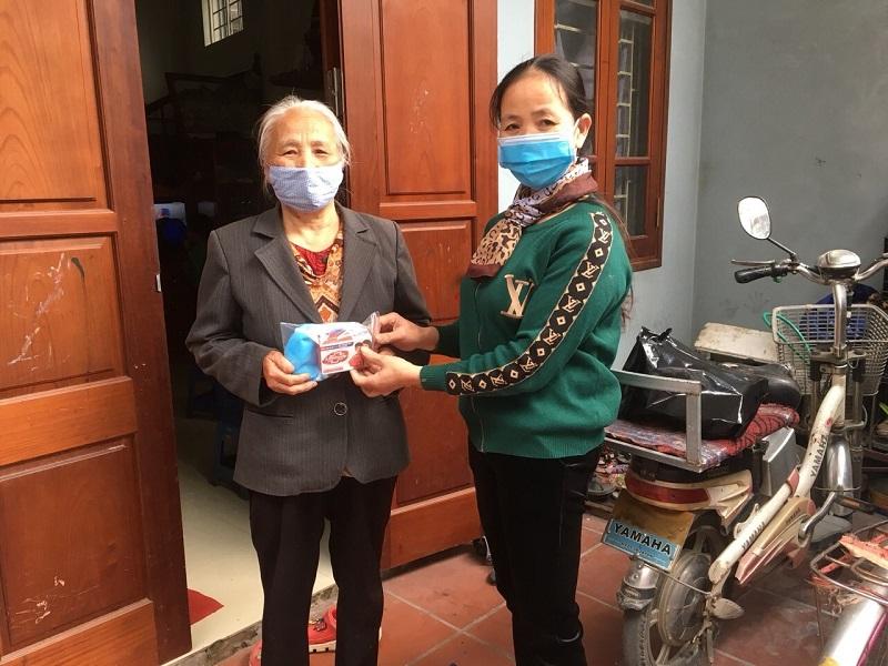 Hội LHPN xã Liên Hà tặng trang thiết bị cho Trạm y tế xã