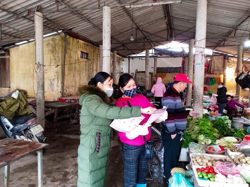 Cán bộ, hội viên Hội phụ nữ xã phát tờ rơi tuyên truyền cho nhân dân, các tiểu thương kinh doanh tại chợ Sủi về cách phòng chống dịch.