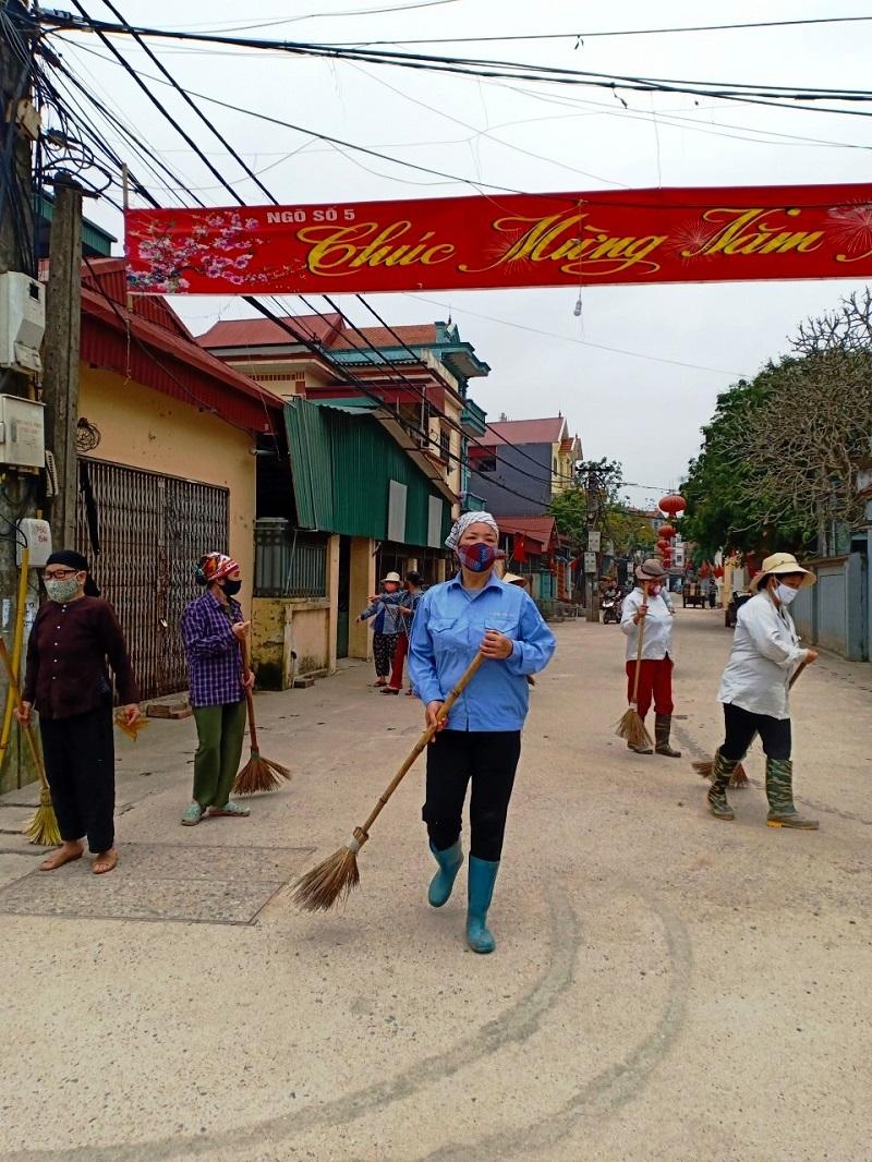 Hội viên phụ nữ tổng dọn vệ sinh đường làng, ngõ xóm để phòng chống dịch bệnh lây nhiễm.