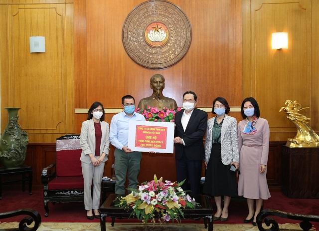 Giám đốc Mạng lưới Chi nhánh Shinhan Finance  ông Bảo Văn trao biểu trưng số tiền 200 triệu đồng cho ông Trần Thanh Mẫn – Chủ tịch Ủy ban Trung ương MTTQ Việt Nam.