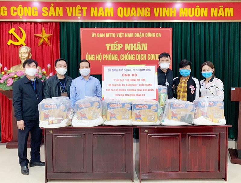 Gia đình bà Đỗ Thị Nha thực hiện quyên góp để hỗ trợ người nghèo tại Uỷ ban MTTQ Việt Nam quận Đống Đa.
