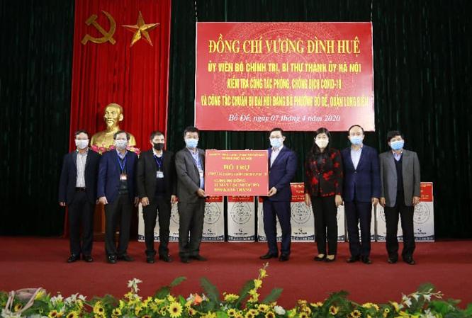Bí thư Thành ủy Hà Nội trao tặng hỗ trợ phường Bồ Đề phòng, chống dịch COVID-19.