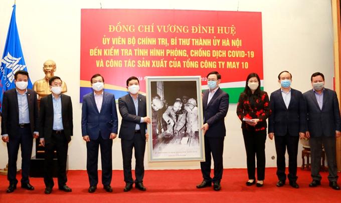 Bí thư Thành ủy Hà Nội Vương Đình Huệ tặng quà lưu niệm Tổng Công ty May 10.
