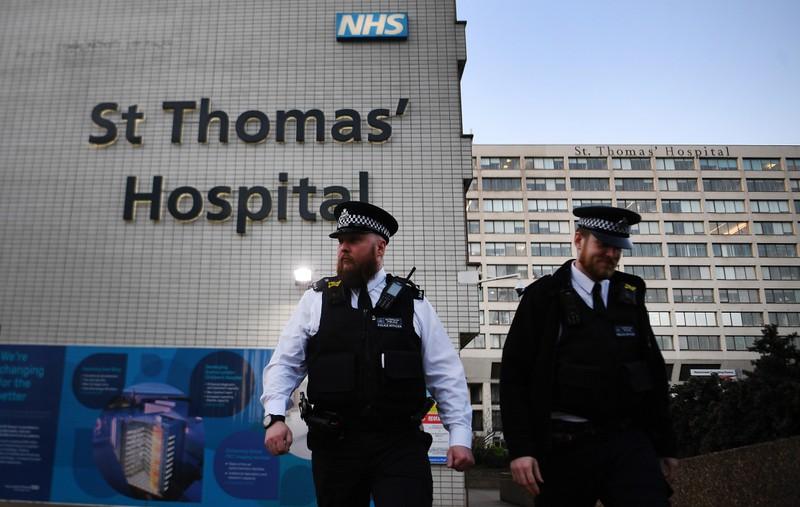 Cảnh sát vẫn túc trực bên ngoài bệnh viện St Thomas - nơi Thủ tướng Boris Johnson điều trị. Ảnh: The Sun