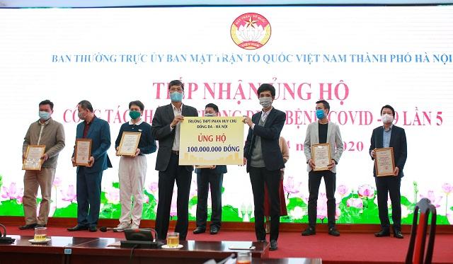 Thầy giáo Hà Xuân Nhâm, hiệu trưởng trường THPT Phan Huy Chú trao số tiền 100 triệu đồng.