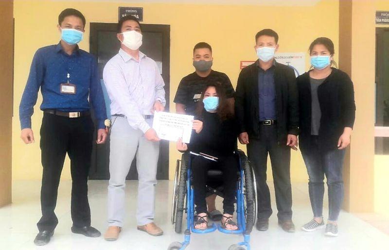 Chị Hà Thị Bảo Khuyên trực tiếp đến trao tặng số tiền quyên góp phòng chống dịch Covid-19