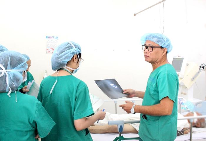 TS.BS CKII Nguyễn Ngọc Anh thăm bệnh phòng, kiểm tra sức khỏe của bệnh nhân.