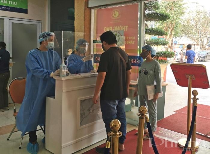 Người dân ra vào bệnh viện được kiểm soát chặt chẽ yếu tố dịch tễ, thân nhiệt...