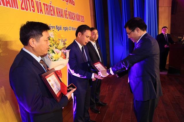 """Tổng Giám đốc PVN tặng kỷ niệm chương """"Vì sự nghiệp dầu khí"""" cho 4 cá nhân."""