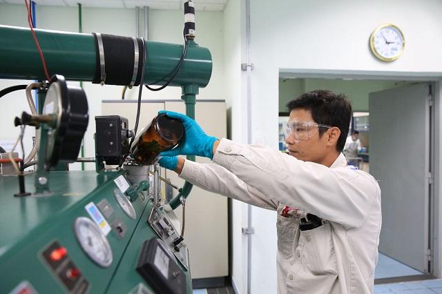 Đo trị số octan (RON) là một trong những khâu kiểm soát chất lượng.
