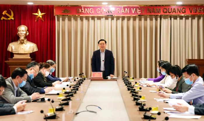 Bí thư Thành ủy Vương Đình Huệ phát biểu kết luận cuộc họp