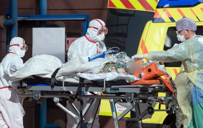 Một bệnh nhân Covid-19 người Ý được đưa đến bệnh viện Helios tại Đức để được hỗ trợ chữa trị.