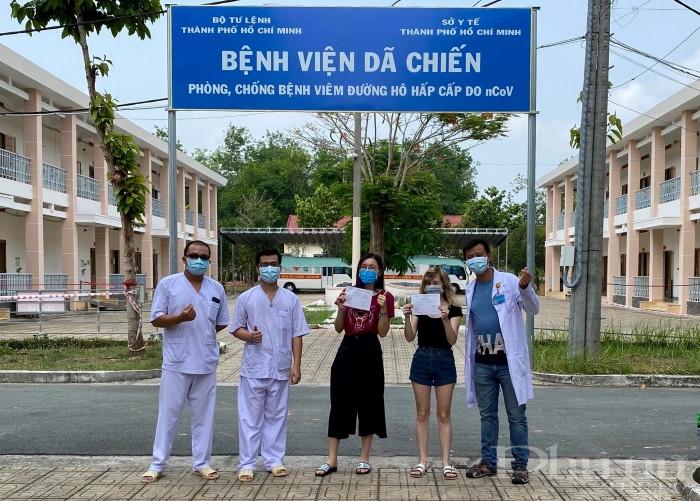 BN157 và BN171 vui mừng khi được các bác sĩ BV Dã Chiến Củ Chi trao quyết định công bố khỏi bệnh.