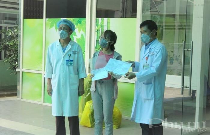 BN 135 được các bác sĩ BV Đà Nẵng trao quyết định công bố khỏi bệnh.