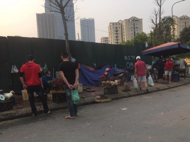 Chợ tạm Nam Trung Yên vẫn bày bán giết mổ gia cầm bên lề đường