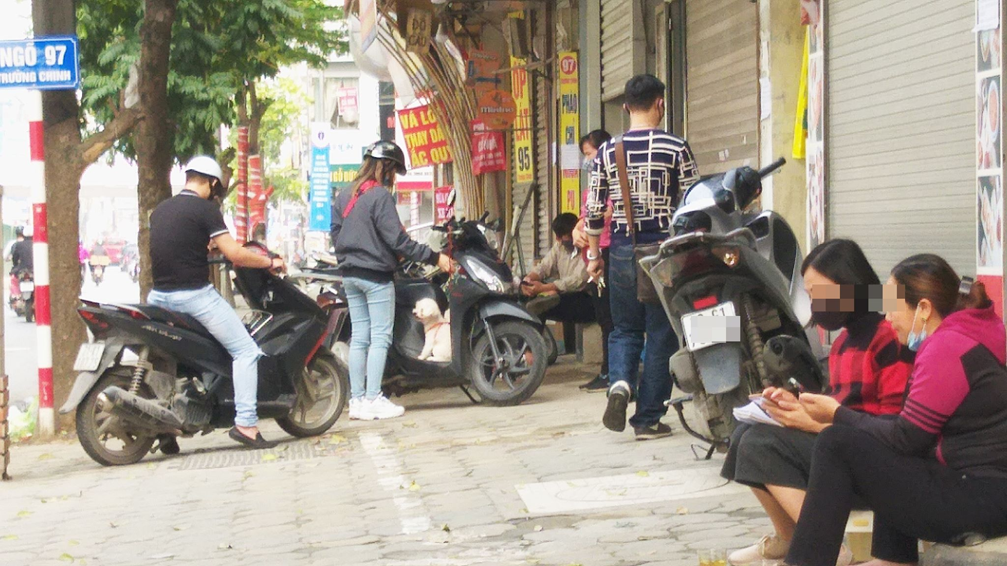 Người dân tập trung tại một cửa hàng mua bán trên đường Trường Chinh (Quận Thanh Xuân, Hà Nội).
